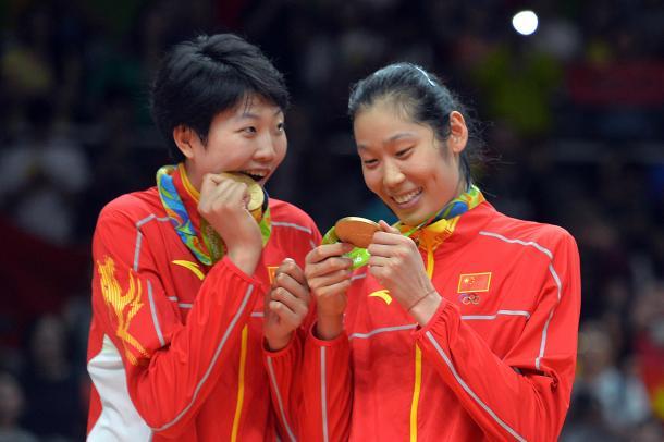 Yuan Xinyue y Zhu Ting contemplan con emoción sus medallas de oro. | Foto: FIVB