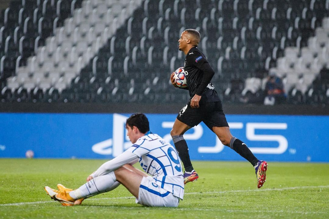 Alassane Pléa apurado por ir a buscar el empate | Foto: @Borussia