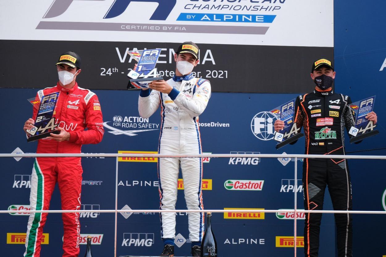 Franco celebrando un nuevo podio en valencia: Foto Formula Regional by Alpine