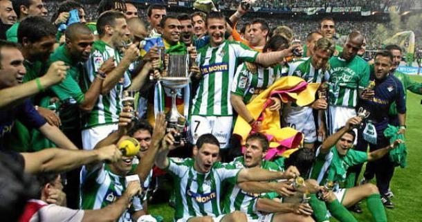 La plantilla del Betis festeja el título conseguido | Foto: Estadio Deportivo