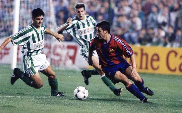 Moreno frente a los defensas béticos (foto:scooprest)
