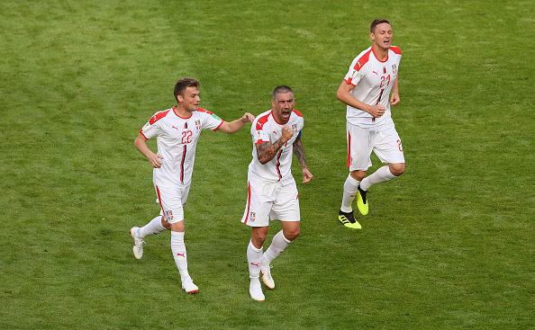 Kolarov (centro) comemorou muito o golaço decisivo para a Sérvia em Samara (Foto: Stu Forster/Getty Images)
