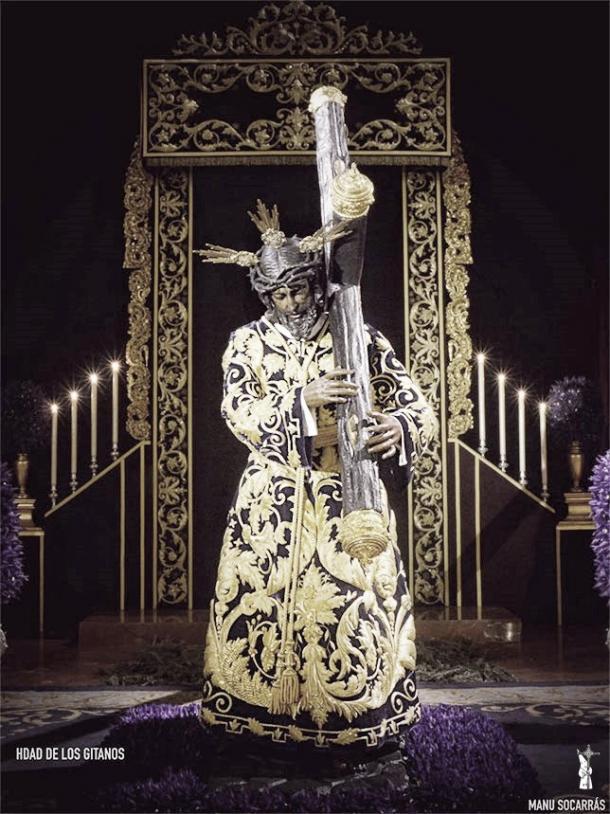 El Señor de la Salud de los Gitanos con su túnica bordada. Foto: Manu Socarrás