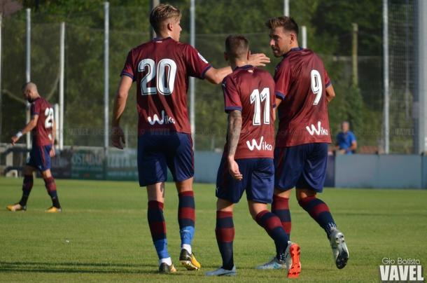 Los jugadores del Eibar celebrando el gol de Enrich. Foto: Giovanni Batista (VAVEL)