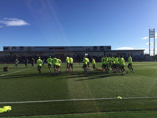 Los jugadores del Real Madrid inician el entrenamiento de este lunes. (Foto vía @realmadrid).