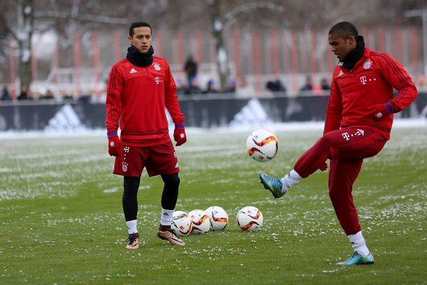 Thiago y Costa durante la práctica de este lunes. // (Foto de fcbayern.de)