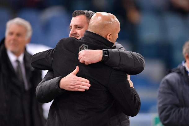 L'abbraccio fra il tecnico della Roma, Luciano Spalletti, e quello del Cesena, Andrea Camplone. Foto: Sport Mediaset.
