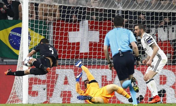 L'episodio che decreta il rigore in favore della Juventus. Foto: Sport Mediaset