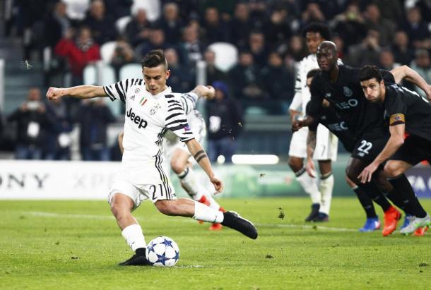 Paulo Dybala mentre calcia il rigore che segna l'incontro. Foto: Sport Mediaset