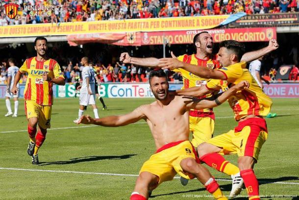 L'esultanza di Ceravolo dopo il gol che ha steso il Frosinone (Fonte foto: Benevento Calcio)