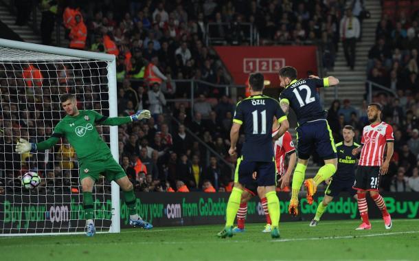 Giroud incorna il raddoppio. | Fonte immagine: Twitter @Arsenal