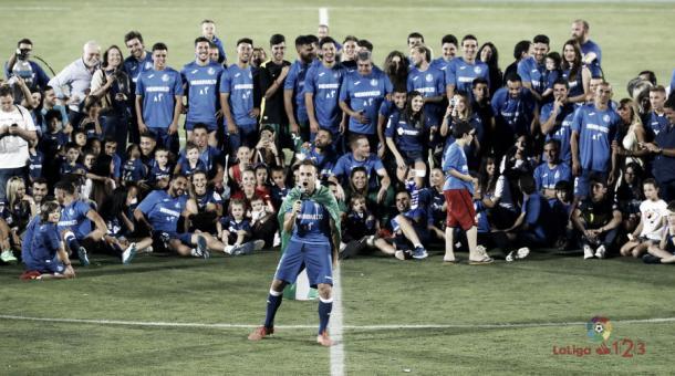 La plantilla, capitaneada por Cala, celebrando el último ascenso en el Coliseum. | Fuente: LaLiga