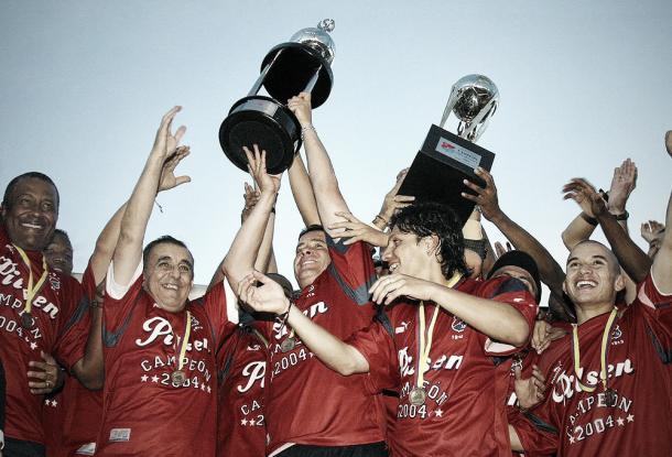 Uno de los mejores momentos del dirigente deportivo, cuando salió campeón con el DIM en 2004-I | Foto: Dale Rojo