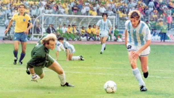 Caniggia antes de hacer el gol ante Brasil. De fondo: Maradona quién dio el pase-gol. Foto: Web.