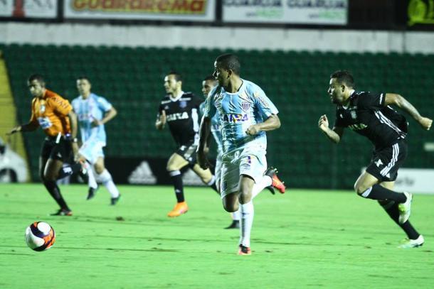 Capa é arma importante pelo lado esquerdo (Foto: Jamira Furlani/Avaí FC)