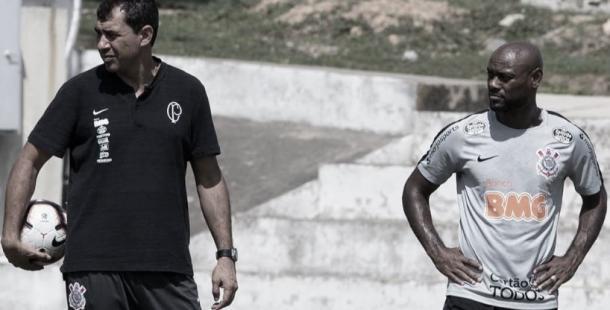 O técnico Fábio Carille conversa com Vagner Love, provável titular nesta quinta-feira, contra o Deportivo Lara. (Foto: Agência Corinthians / Daniel Augusto Jr.)