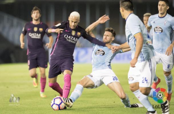 Neymar peleando por un balón ante el Celta de Vigo. Imagen: La Liga