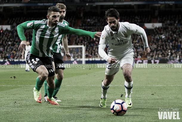 Isco disputando un balón contra Piccini. Imagen: Daniel Nieto (VAVEL)