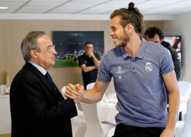 Florentino Pérez da suerte a Gareth Bale antes de la final/ FOTOGRAFÍA: Real Madrid.