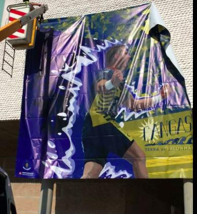 Pancarta colocada en el centro de la villa // Foto: BM Cangas
