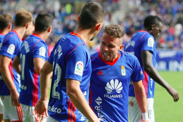 Aarón Ñíguez celebra con Berjón el primer gol local | Imagen: Real Oviedo
