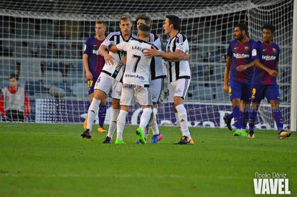 Aarón Ñíguez, Héctor Verdés y Ramón Folch celebran con Carlos Hernández el gol obtenido en Barcelona | Imagen: VAVEL