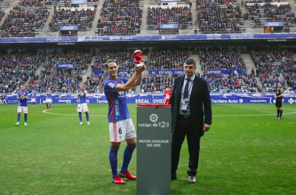 Justo antes del inicio del encuentro, Carlos Hernández recibía el premio al MVP de diciembre en la Liga 1|2|3