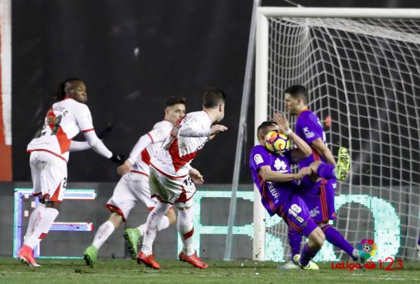 Christian Fernández recibe un pelotazo en la cara por el que se le indica penalti