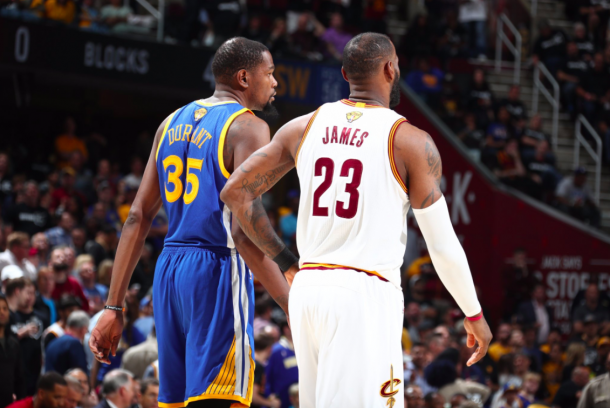 LeBron James y Kevin Durant durante uno de sus enfrentamientos de esta temporada. En esta edición los dos jugadores compartirán equipo por primera vez | Foto: NBA