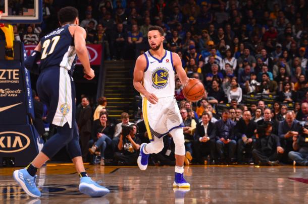 Stephen Curry lidera el ataque de los Warriors en uno de sus partidos en Denver | Foto: NBA