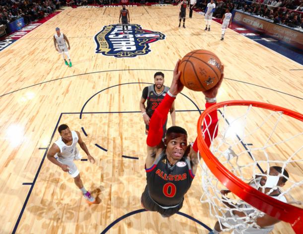 Russell Westbrook machaca el aro en el All Star Game 2017 | Foto: NBA