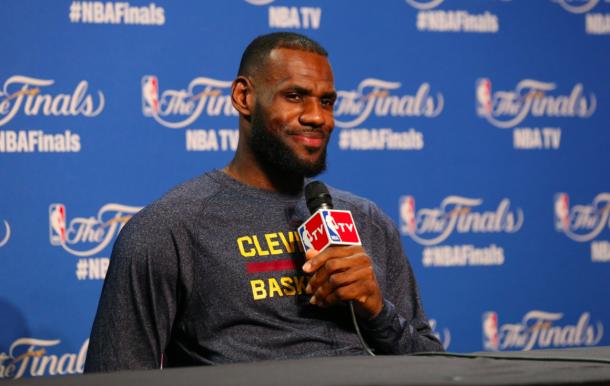 LeBron James contesta las preguntas de los medios en las últimas Finales | Foto: NBA