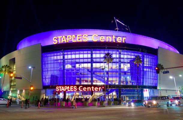 Las afueras del Staples Center justo antes de un partido de los Lakers | Foto:NBA