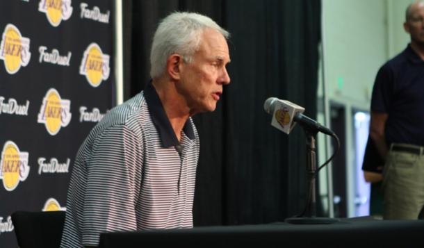 Mitch Kupchak ofreciendo una rueda de prensa como GM de los Lakers | Foto: lakers.com