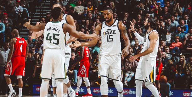Los jugadores de los Utah Jazz se felicitan en medio del partido | Foto: Utah Jazz