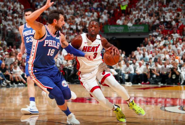 Dwyane Wade realiza un crossover a Belinelli   Foto: @NBA