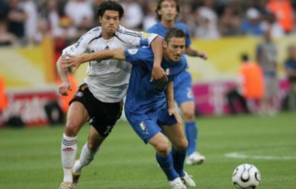 Trío de leyendas en el campo de batalla: Ballack, Pirlo y Totti. Fuente: FIFA.