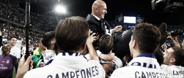 Los futbolistas levantan a Zidane tras conseguir el campeonato de Liga. Foto: Real Madrid