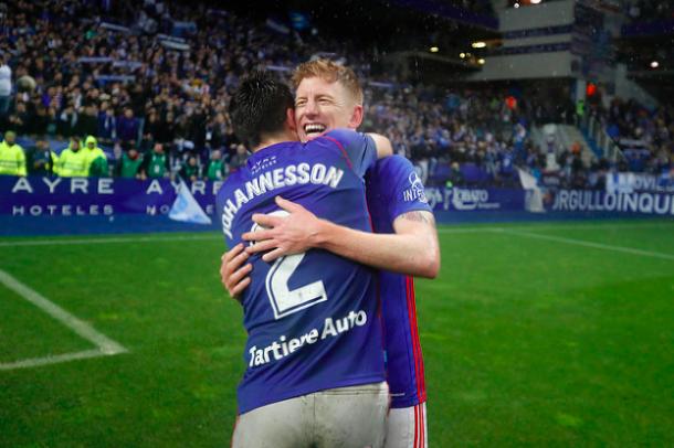 Mossa y Diegui se abrazan tras ganar el derbi asturiano | Imagen: Real Oviedo