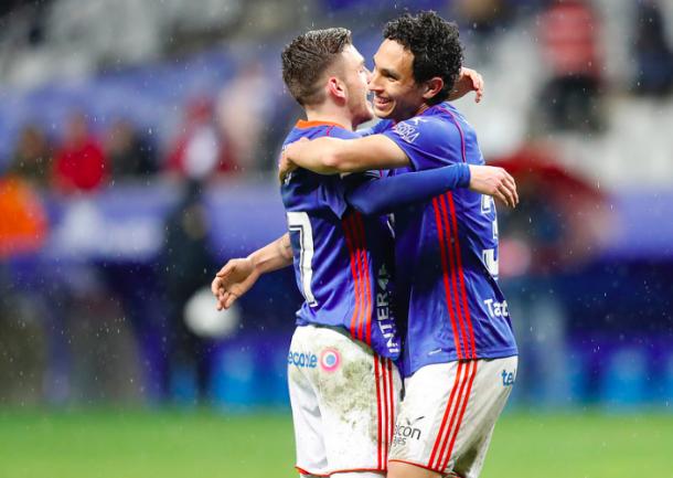 Steven y Viti se abrazan tras el gol del primero | Imagen: Real Oviedo