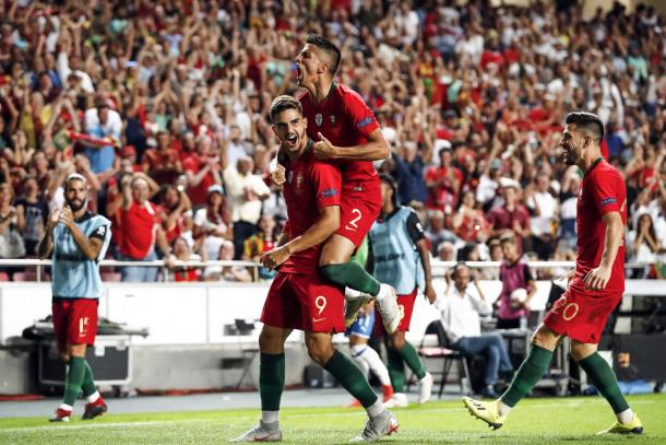 André Silva celebrando su gol junto a sus compañeros / Foto: @UEFAEURO