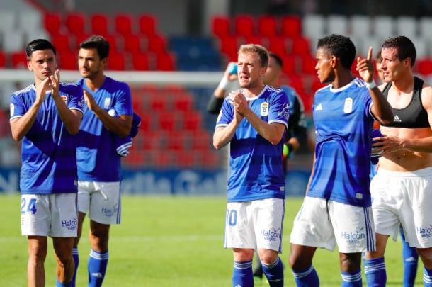 Edu Cortina saluda a la afición carbayona en Lugo junto a sus compañeros | Imagen: Real Oviedo