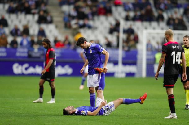 Toché ayuda a un Diegui con molestias | Imagen: Real Oviedo