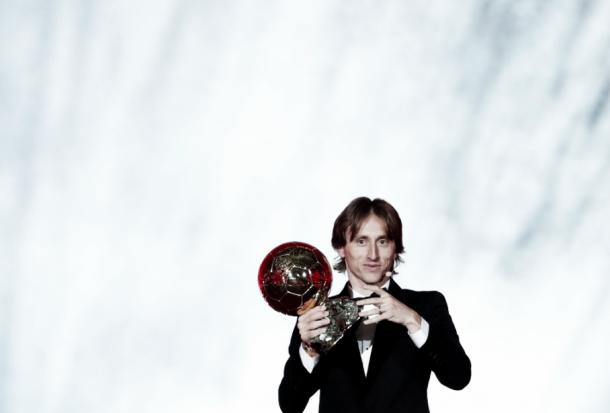 Luka Modric con el Balón de Oro. Foto: France Football.