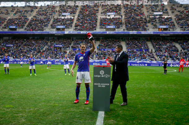 Carlos Hernández con el premio de MVP de diciembre | Imagen: Real Oviedo
