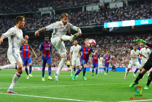 Ramos golpea el cuero. Foto: LaLiga Santander.