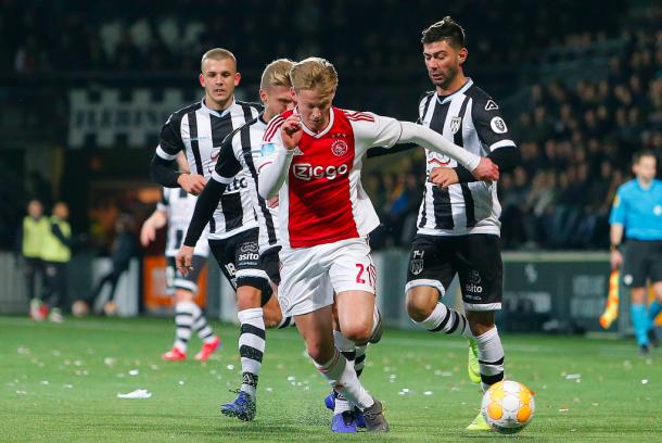 De Jong es duda para el partido ante el Madrid. Foto: Ajax.