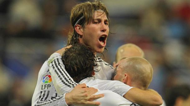 El sevillano se abraza con sus compañeros. Foto: UEFA.com