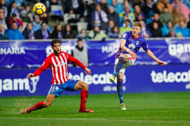 Momento del golpeo de Mossa en su golazo   Imagen: Real Oviedo