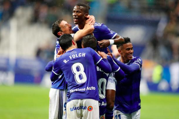 Ibra celebra su gol con sus compañeros | Imagen: Real Oviedo